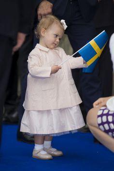 whatliesbeforeusaretinymatters:  Princess Estelle puzzling over the flag