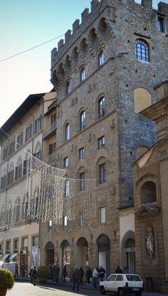 Florença medieval . No centro de Florença encontramos ainda inúmeras torres que sobreviveram a guerras civis, demolições e renovações, sendo que algumas foram incorporadas em palácios e em edifícios, e nem todas são reconhecíveis imediatamente. Quando começaram a surgir os municípios, no século 13, as torres foram cortadas, como forma de mostrar que o poder das famílias nobres havia acabado e o palácio começou a simbolizar o poder de uma família, e não mais a torre.