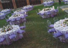 http://www.lemienozze.it/gallerie/foto-fiori-e-allestimenti-matrimonio/img27676.html Allestimento dei tavoli del ricevimento matrimonio sulle tonalità del lilla