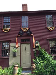 Primitive homes – Country Decor Today Red Houses, Saltbox Houses, New England Style, New England Homes, A Lovely Journey, Primitive Homes, Primitive Country, Primitive Decor, Colonial Architecture