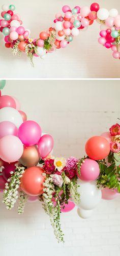 Guirnaldas de globos con flores naturales. En www.wonderfiesta.com nos encanta esta idea de añadirle flores, hiedras, ramitas... a las guirnaldas de globos. Es súper original y distinto. Encuétralo en www.wonderfiesta.com