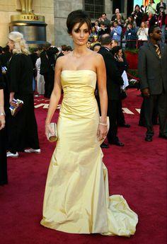En 2005 Penélope Cruz fue una de las presentadoras de la ceremonia. La actriz entregó los premios al mejor sonido y al mejor montaje de sonido junto a su gran amiga y compañera en Bandidas Salma Hayek. Penélope Cruz subió al escenario con un diseño en satén de línea sirena color amarillo, firmado por Oscar de la Renta.