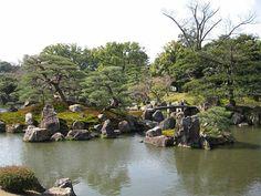 A japánkertek sokak számára ámulatba ejtőek, ahogy kicsiben ábrázolják gyakran az egész világot. A Japán Alapítvány Budapesti Irodájának jóvoltából június 10-én egy híres japán kertépítőtől, Ogawa Kacuakitól első kézből ismerkedhettünk meg jobban a japánkertek építésével. Most igyekszünk nektek beszámolni, bár a nagyon tartalmas előadás minden részletét sajnos nem tudjuk átadni.