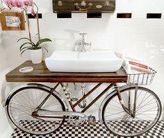 Banheiro Moderno e inusitado com uma Bicicleta