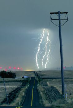 10 Lightning Pins to check out Ride The Lightning, Thunder And Lightning, Lightning Strikes, Lightning Storms, Weather Cloud, Wild Weather, Lightning Photography, Nature Photography, Photography Tips