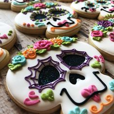 Sugar skulls for Dawsyn's Using Sweet Sugarbelle cutters. Iced Cookies, Royal Icing Cookies, Cupcake Cookies, Icing For Sugar Cookies, Decorated Sugar Cookies, Cute Cookies, Halloween Sugar Cookies, Halloween Baking, Halloween Cookies Decorated