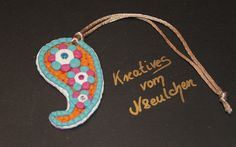 Paisley-Stil-Taschenanhänger (Handarbeit) aus Polymerclay mit Glanzband zum Aufhängen in den Farben pink, orange, weiß und türkis.     Viele kleine ei