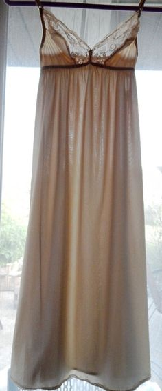 Vintage VANITY FAIR Light Beige Sheer Lace Shiny Nylon Full Slip