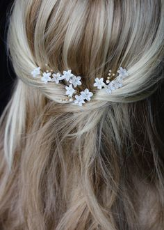 Hairstyles For Round Faces MAYA bridal hair pins For Round Faces MAYA bridal hair pins 4 Wedding Hairstyles For Long Hair, Loose Hairstyles, Bride Hairstyles, Hair Wedding, Hairdos, Bridal Hair Flowers, Bridal Hair Pins, Medium Hair Styles, Long Hair Styles