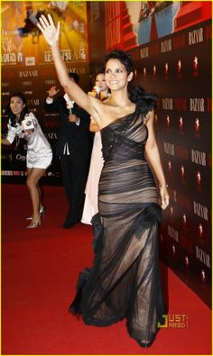High Fashion from Fashion Spotlight: Halle Berry The actress rocks Vera Wang again, this time in the form of a black-and-nude tulle gown for Bazaar magazine's charity event in Shanghai. Halle Berry Style, Halle Berry Hot, Halle Berry Pixie, Hale Berry, African American Beauty, Charity Event, Beautiful Celebrities, Sexy Dresses, Strapless Dress Formal