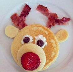 Rudolph Pancakes Rudolph Pancakes - Christmas Morning Breakfast Ideas That Your Kids Will Love - Photos Christmas Snacks, Christmas Brunch, Christmas Cooking, Christmas Goodies, Holiday Treats, Kids Christmas, Holiday Recipes, Christmas Pancakes, Xmas