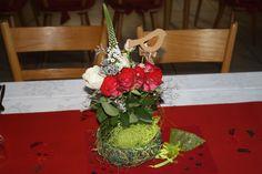 Geburtstagsgesteck selbstgemacht mit Rosen auf Steckmoos und zum Beschweren der Naturform kleine Steinchen hineingelegt damit es stabil steht