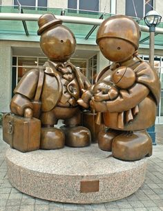 Emmigrant family by Tom Otterness in Toronto - Canada