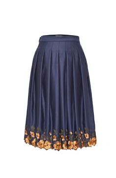 Jardin Skirt Just heavenly! This flared skirt is produced in shimmery wool satin and comes with hidden side pockets. Toned in a smoky navy blue and adorned with elaborate flower embroidery at the hemline, this piece is truly adorable. 100% WO, Einfassung: 86% CO 14% SE  €500.00 inkl. MwSt. €350.00 Size  I Want it!