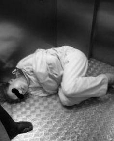 https://flic.kr/p/qR3Byv | Patientin in einer Zwangsjacke in der  Psychiatrie, Psychiatry, Restraint Psychiatry Straitjacket, Medical-Restraint | Frau in eine Zwangsjacke Fixiert,Restraint