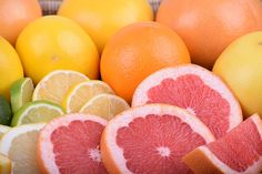 Can dogs eat grapefruit? In short, it's best to avoid grapefruit when it comes to your pup. Detox Juice Recipes, Juice Cleanse, Detox Drinks, Juice Diet, Body Cleanse, Smoothie Recipes, Grapefruit Essential Oil, Grapefruit Juice, Cancer Fighting Foods