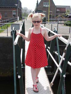 Dit is een heerlijke vrolijke zomerjurk van het merk Collie-Collie. Gemaakt van rode katoen met witte stippen. De randen van de jurk zijn afgewerkt...