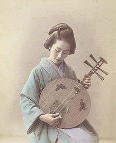 幕末・明治の女性たち:月琴を弾く女性