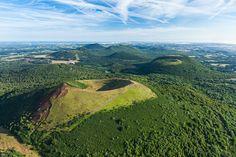 France, Auvergne, Puy-de-Dôme (63), vol sur la Chaîne des Puys, Le volcan Puy Pariou (vue aérienne) // France