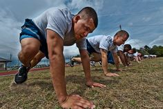 The Air Force BMT Physical Fitness Test is a three-event performance test used to test your endurance. You are required to pass in order to graduate boot camp. Military Workout, Military Training, Weight Training Programs, Workout Programs, Air Force Basic Training, Coaching, Air Force Academy, Rotc, Boot Camp Workout