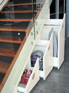 rangement sous escalier avec des tiroirs design
