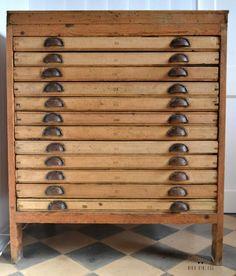 mueble de imprenta en limpio se aprecia su madera original