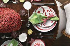Listras, bolas e arabescos formam um conjunto alegre e romântico na mesa da ceia, decorada com arranjo de calancóis (Foto: Reprodução CLAUDIA Natal/ MD Velas/ Nina Vila)