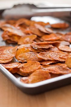 chili-lime sweet potato chips - these look YUMMY! Veggie Recipes, Vegetarian Recipes, Snack Recipes, Cooking Recipes, Healthy Recipes, Vegan Snacks, Healthy Snacks, Healthy Eating, Sweet Potato Chips
