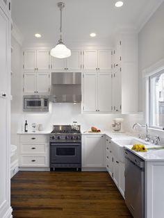 Cadrages blancs/ simplicite des armoires/. Pas rideaux/ classic  white kitchen Lampe