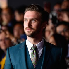 Dan Stevens left Downton Abbey in the season 3 when his character Matthew Crawley was killed in a car accident. This is why the actor decided to part ways with the show, and if he plans to be in the Downton movie. Downton Abbey Season 1, Downton Abbey Movie, Lady Mary Crawley, Matthew Crawley, Hgtv Star, Julian Fellowes, Dan Stevens, Michelle Dockery, British Men