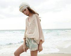 Jersey de punto bordado de Meisïe y shorts de blonda y croche. Disponible en www.mimatboutiquemanresa.com