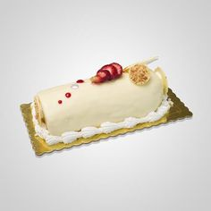 Παγωτό με λευκό παντεσπάνι, παρφέ παγωτό βανίλια και καραμελωμένα αμύγδαλα. Επικάλυψη λευκή σοκολάτα και σαντιγύ ροζέτα με φλωρεντίνες, φρέσκα φρούτα και λευκά μαρεγκάκια