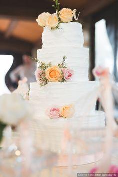 Werdding cake a piani con cake topper di fiori freschi #matrimonio #nozze #sposi #sposa #torta #tortanuziale #wedding #weddingcake #ricevimento