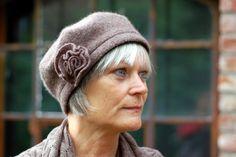 Hut mit Blüte aus Merinowalk-Braun-Erde