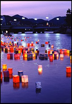 Trip to Japan. Hiroshima, Japan - Lanterns at Twilight. On the anniversary of the bombing of Hiroshima (August lanterns are sent floating along the Motoyasu-gawa River. Oh The Places You'll Go, Places To Travel, Hiroshima E Nagasaki, Beautiful World, Beautiful Places, Floating Lanterns, Floating Lights, Paper Lanterns, Japon Tokyo