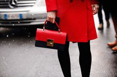Fotos de street style en Milan Fashion Week: Bolso de mano de Miu Miu