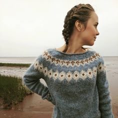 This simple handknit sweater is now up on Etsy along with a couple other handknits! (Link for shoppe in bio!) 🌲 I started this air blue… Fair Isle Knitting Patterns, Chunky Knitting Patterns, Fair Isle Pattern, Knitting Designs, Hand Knitting, Fair Isle Pullover, Handgestrickte Pullover, Tejido Fair Isle, Norwegian Knitting