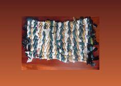 Veja um passo a passo de como fazer um tapete bem legal com sacola plástica! Você vai aprender como