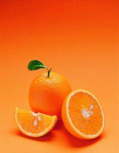 laranja - Uma vez que eles estão cheios de fibra solúvel, laranjas são úteis na redução do colesterol.   Laranjas estão cheias de potássio, um mineral eletrólito é responsável por ajudar a regular o coração também. Quando os níveis de potássio ficam muito baixos, você pode desenvolver um ritmo cardíaco anormal, conhecida como uma arritmia.