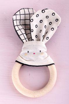 Ein selbsgemachtes Babygeschenk ist eine Erinnerung für immer. Mit diesem DIY Set könnt ihr einen süßen Beißring oder Greifling mit Hasenohren basteln. Hopp, hopp, alle notwendigen Materialien sind dabei. Diy Trend, Rabbit Ears, Hand Sewn, Baby Favors, Wood Carvings