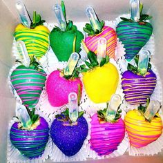 Mmm this looks awesome! Chocolate Covered Treats, Chocolate Dipped Strawberries, Strawberry Dip, Strawberry Recipes, Glow In Dark Party, Edible Arrangements, Candy Party, Candy Apples, Party Time