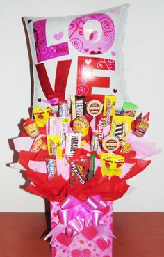 Gift Bouquet, Candy Bouquet, Chocolate Hershey, Chocolates, Chocolate Bouquet, Heart Crafts, Candy Shop, Love Heart, Gift Baskets