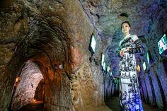Partagez Les tunnels de Vinh Moc en DMZ au centre du Vietnam Contrairement aux tunnels célèbres de Cu Chi, qui ont été utilisés par le Viet Cong pour le combat, les tunnels de Vinh Moc étaient principalement des abris pour les civils. Pendant les bombardements, la vie du village continuait souterrain: les enfants allaient à …