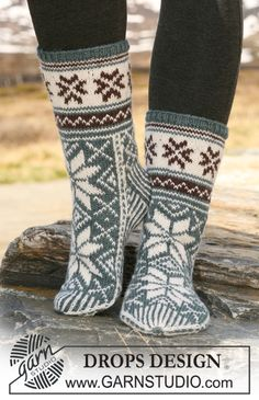 Free knitting patterns and crochet patterns by DROPS Design Crochet Socks, Knitted Slippers, Slipper Socks, Knit Mittens, Knitting Socks, Knit Cowl, Drops Design, Knit Shoes, Sock Shoes