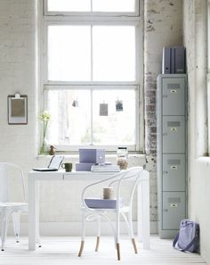 bureau scandinave blanc et romantique aux accents en lilas pastel