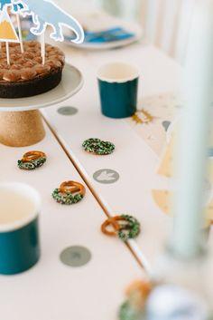 Kuchen und Kekse Dino Geburtstag Incense, Delicious Snacks, Biscuits, Kuchen, Game Pieces, Present Wrapping