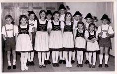 Die erste Kinder- und Jugendgruppe des Trachtenvereins D'Holzlandler Pleiskirchen 1964