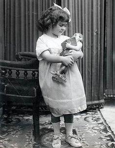 Фрида Кало родилась 6 июля 1907 года в пригороде Мехико. Ее отцом был фотограф Гильермо Кало, немецкий еврей по происхождению, матерью — мексиканка с индейскими корнями