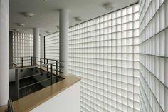 Treppenhaus aus satinierten Glasbausteinen