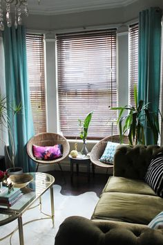Living room layout with bay window decor ideas Bay Window Decor, Bay Window Living Room, Living Room Blinds, Bedroom Blinds, Curtains With Blinds, Window Blinds, Shutter Blinds, Windows Decor, Privacy Blinds